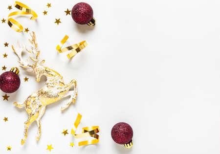 Composizione di Natale. Decorazione rossa e dorata su sfondo bianco. Natale, inverno, concetto di capodanno. Disposizione piana, vista dall'alto, copia spazio