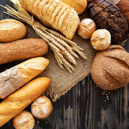 Surtido de pan horneado sobre fondo de madera vieja
