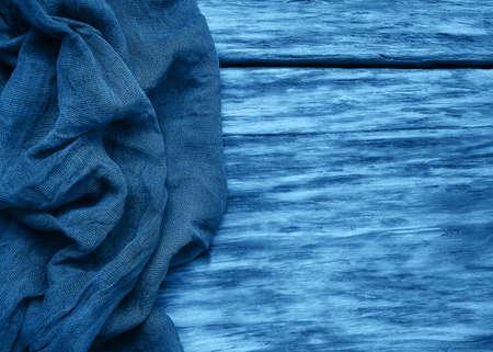 Serviette auf einem alten hölzernen Hintergrund getonte klassische blaue Farbe, Draufsicht