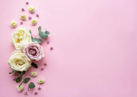 Blumenzusammensetzung. Rahmen aus verschiedenen bunten Blumen auf hellrosa Hintergrund. Flache Lage, Ansicht von oben, Kopienraum
