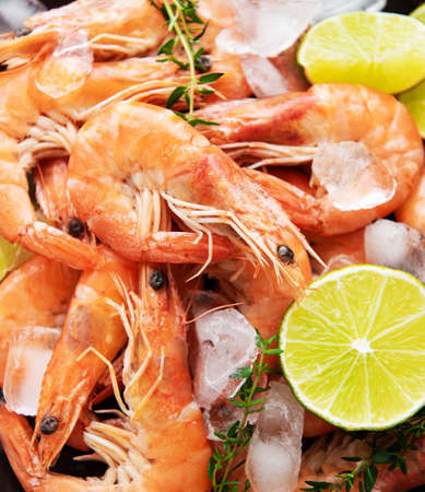 Shrimps  with  lemon and ice cubes on as a natural food background Zdjęcie Seryjne