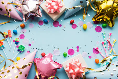 Happy birthday or party background.  Flat Lay wtih birthday balloons , confetti and ribbons on blue background. Top View.  Copy space. 스톡 콘텐츠