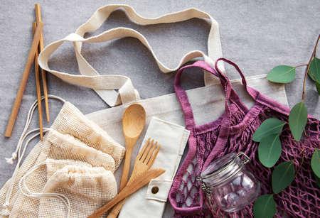 Sacs en coton, sac en filet avec bocaux en verre réutilisables et couverts en bambou. Banque d'images