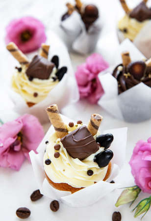 Chocolate cupcakes on white marble background 版權商用圖片