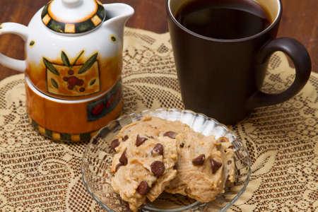 Koffie geserveerd met chocoladeschip koekjes en room