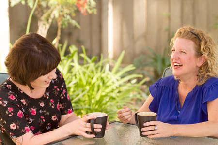 Vrouwen en vriendschap delen van verhalen over een kop koffie buitenshuis