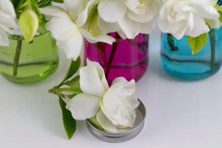 Bouquet Von Frischen Weiß Gardenias In Kleinen Rot Grün Und Blau ...