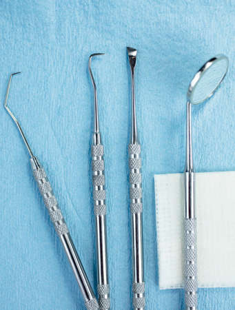 molares: Dental Picks, Mirror and Gauze on a Paper Lined Tray Foto de archivo