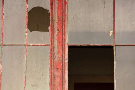 Vintage abandoned architectural structure, peeling paint, broken windows and doors Imagens