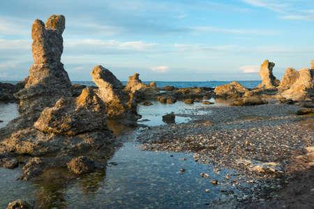 rocas de piedra caliza en la costa este de Gotland, cerca del pueblo Ljugarn, Suecia,