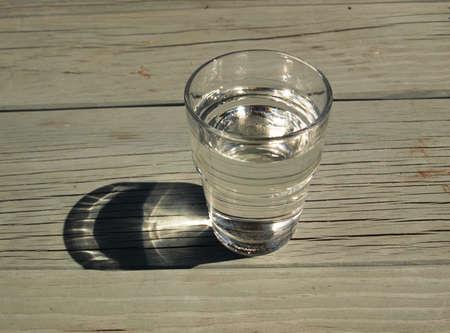 vaso con agua: Vaso de agua pura n mesa de madera