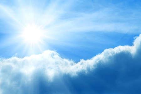 Bewolkte stormachtige hemel met zon