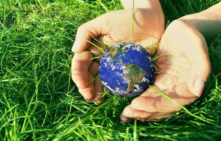 地球を保持 写真素材 - 9878489