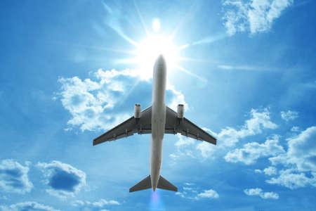 비행기는 구름 위의 비행 스톡 콘텐츠