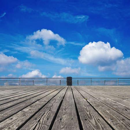 Suelo de madera y el cielo