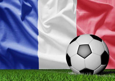 Bandera de Francia y balón de fútbol en hierba verde Foto de archivo - 76598166
