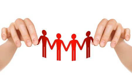 manos unidas: Manos femeninas que sostienen la gente de papel el trabajo en equipo