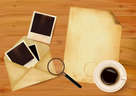enveloppe ancienne: Vieille enveloppe avec des photos et de vieux papiers, sur fond de bois