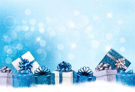 Weihnachtsblauer Hintergrund mit Geschenkboxen und Schneeflocken. Vektor