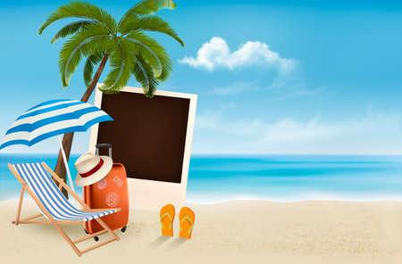 Strand met een palmboom, een foto en een strandstoel.