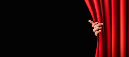 cortinas rojas: Fondo con la cortina de terciopelo rojo y un suelo de madera.