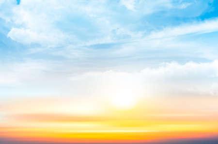透明雲と夕焼け空の背景。ベクトル図