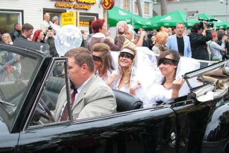 JURMALA - 13 juin : 2e mariage défilé dans la ville de villégiature. Chaque année plusieurs épouses de tous les pays participent au défilé de la Bride - le 13 juin 2010 à Jurmala, en Lettonie. Éditoriale