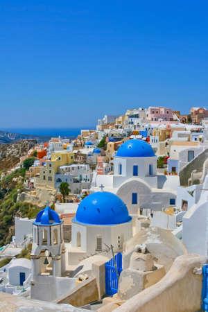 paisaje mediterraneo: Vista m�gica de Oia en la isla de Santorini en Grecia. Arquitectura tradicional con famosas iglesias azules. Foto de archivo