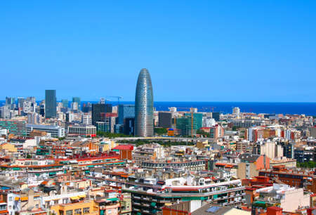 panorama city panorama: Vista cl�sica de Barcelona caliente en Espa�a. Muchos edificios con arquitectura interesante. Torre Agbar en centro con otras casas en el centro de Barcelona. Mar Mediterr�neo de fondo.
