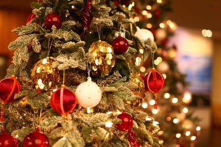 Kerstboom close-up met mooie en kleurrijke ornamenten Stockfoto