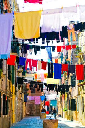 Bunte Kleider auf Straßen der traditionellen venezianischen Architektur, Italien Trocknen Standard-Bild - 12734287