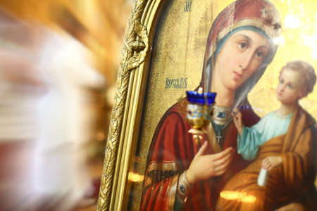 vierge marie: Int�rieur de la Sainte-Trinit� orthodoxe Couvent � Riga, en Lettonie, y compris Ic�ne de la Vierge M�re de Dieu (Marie) et de l'enfant (J�sus-Christ).