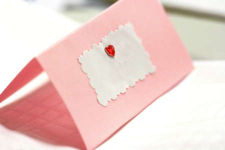 detail invitation: Blank pink wedding  greeting card with a red heart and copy space for text. Stock Photo
