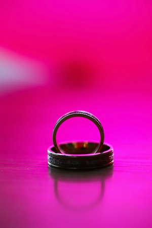 Bodas de oro en los anillos de mesa de madera con una luz bella, la vendimia de color p�rpura. Foto de archivo - 13498381
