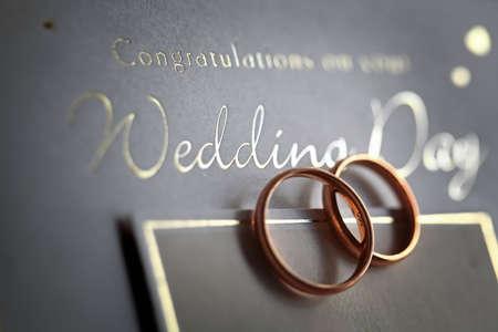 bodas de plata: Cl�sicos anillos de oro en una tarjeta de bodas de plata con el texto felicitaciones.