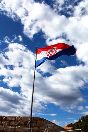 bandera de croacia: Bandera nacional de Croacia está agitando contra el cielo nublado azul en la luz del sol