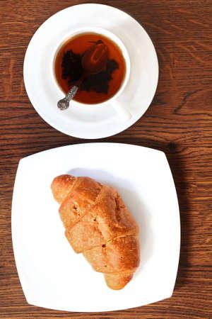 Croissant mit heißen Tasse Tee Gesundes Frühstück am Morgen Standard-Bild - 18561111