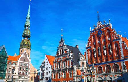 Herzen der Altstadt in Riga, Lettland mit vielen Sehenswürdigkeiten Haus der Mitesser ist auf der rechten Seite, St. Peter