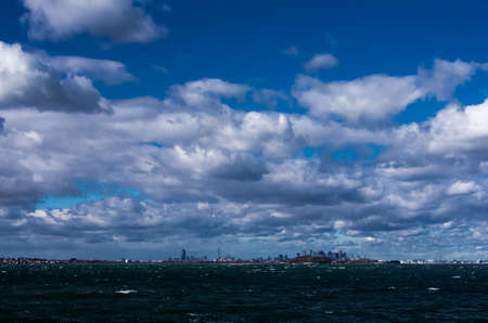 The skyline of Boston can be seen from Nut Island in Quincy MA. Foto de archivo