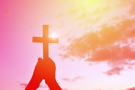 Silhueta pessoas Jesus e cruz no por do sol
