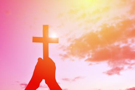 arrepentimiento: Silueta de la gente a Jesús y la Cruz al atardecer