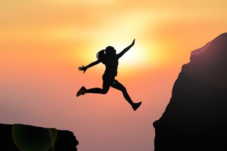 Silueta ženy, skákání na vrcholu hory