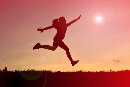 상단 산에 점프 실루엣 여성