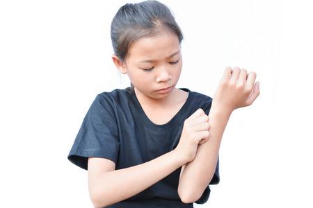 Kleine Aziatische meisje kras jeuk hand op een witte achtergrond Stockfoto
