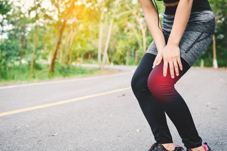 Vrouwenongeluk tijdens het lopen op de weg, kleur van uitstekende toon selectieve en zachte nadruk Stockfoto