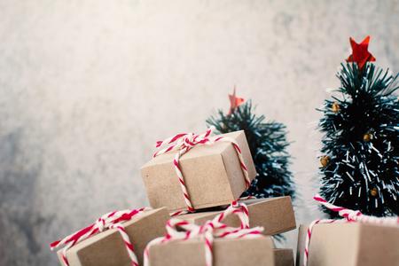 Caixa de presente de papel com acessório de pinheiro, Feliz Natal e conceito de Feliz Ano Novo, foco seletivo e suave