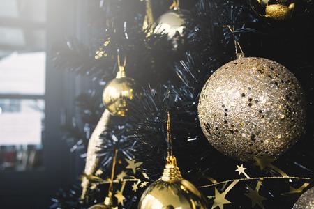 Árvore de Natal com acessório, Feliz Natal e Feliz Ano Novo, foco seletivo e suave