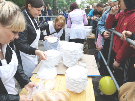 NIKOPOL, UKRAINE - MAY, 2019: distribution of food to the needy, charity event 写真素材 - 124659655