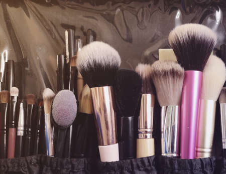 Make-up kwasten, verschillend in grootte en vorm. Case visagist. Mobiele foto
