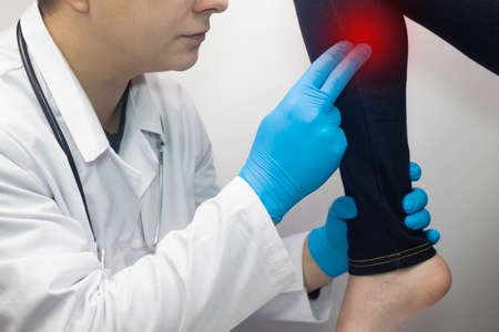 The woman suffers from pain in the calf mouse. Knee treatment concept for trauma, myositis, nerve damage or osteoarthritis. Doctor examines Standard-Bild